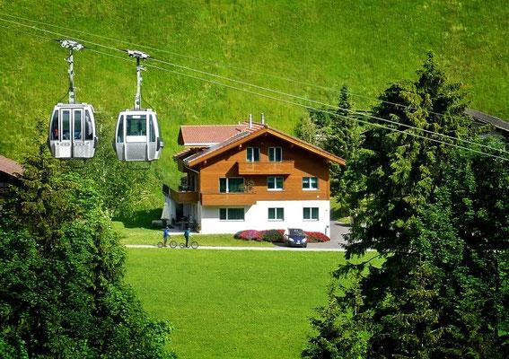 Ansicht Sommer mit Bergbahnen Adelboden