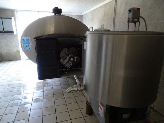 """Un tank dédié à la fromagerie : réception du lait d'une seule traite , immédiatement transformé par Franciane.  On aperçoit au fond le grand tank qui permet toutes le 6 traites (tous les 3 jours) à la laiterie de """"ramasser"""" notre lait"""