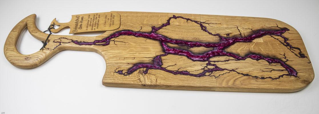 Eichenbrett in Lichtenberg Technik und Epoxidharz in purpur mit selbstkreiertem Holzgriff