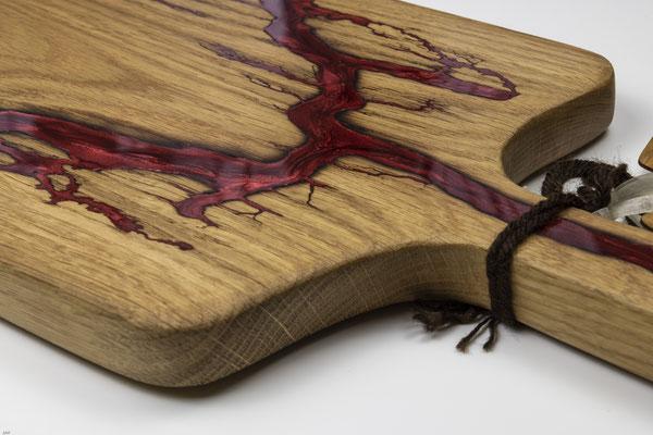 Eichenbrett in Lichtenberg Technik und Epoxidharz in weinrot mit selbstkreiertem Holzgriff Detailansicht