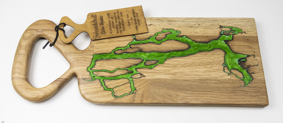 Eichenbrett in Lichtenberg Technik und Epoxidharz in apfelgrün mit selbstkreiertem Holzgriff