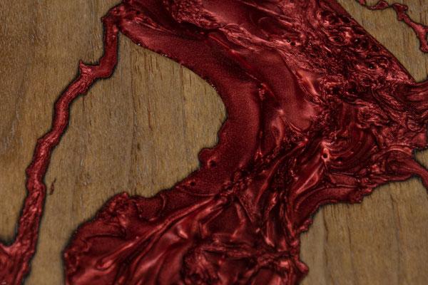 Nussbaumbrett in Lichtenberg Technik und Epoxidharz in weinrot mit Holzkante Detail