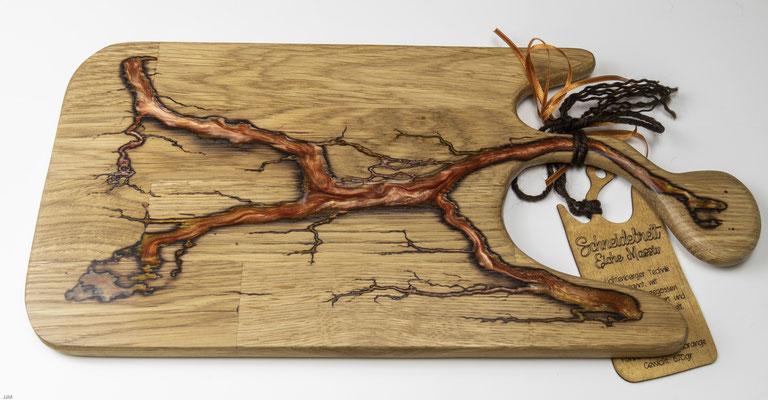 Eichenbrett in Lichtenberg Technik und Epoxidharz in lachsorange mit selbstkreiertem Holzgriff