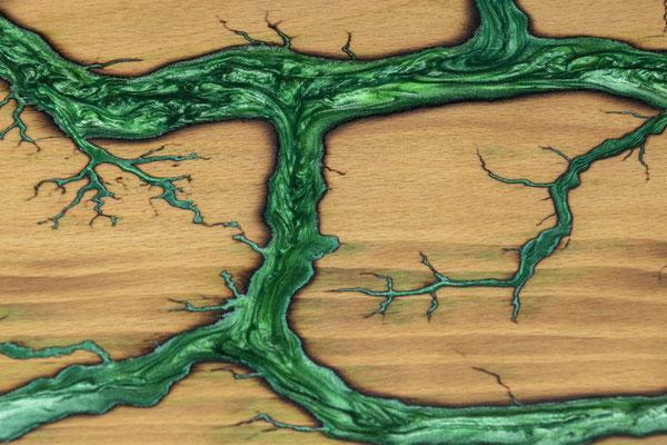 Buchenbrett in Lichtenberg Technik und Epoxidharz in grün Detail
