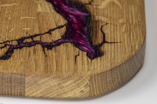 Eichenbrett in Lichtenberg Technik und Epoxidharz in purpur mit selbstkreiertem Holzgriff Detailansicht