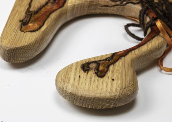 Eichenbrett in Lichtenberg Technik und Epoxidharz in lachsorange mit selbstkreiertem Holzgriff Detailansicht