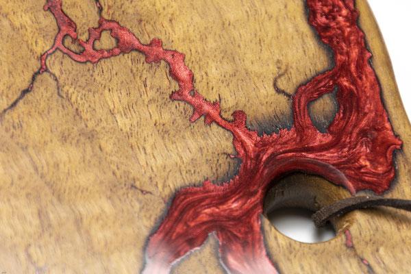 Nussbaumbrett in Lichtenberg Technik und Epoxidharz in weinrot abgerundet Detail