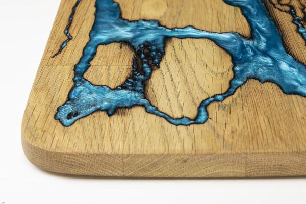 Eichenbrett in Lichtenberg Technik und Epoxidharz in aqua mit selbstkreiertem Holzgriff Detail