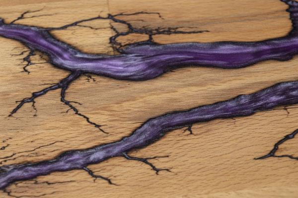 Buchenbrett in Lichtenberg Technik und Epoxidharz in violett Detail