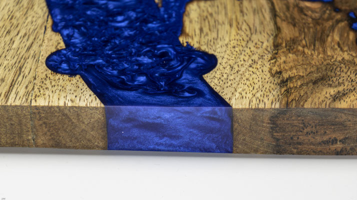 Mangobrett in Lichtenberg Technik und Epoxidharz in königsblau mit rusticalem Metallgriff Detail