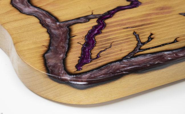 Buchenbrett in Lichtenberg Technik und Epoxidharz in lila Detail