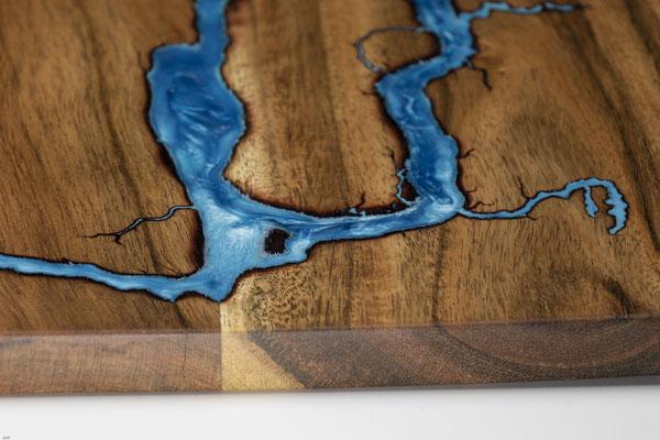 Akazienbrett in Lichtenberg Technik und Epoxidharz in blau Detail