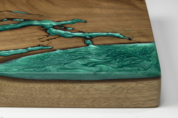 Nussbaumbrett in Lichtenberg Technik und Epoxidharz in grün Detail