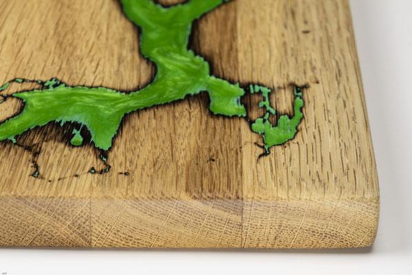 Eichenbrett in Lichtenberg Technik und Epoxidharz in apfelgrün mit selbstkreiertem Holzgriff Detailansicht