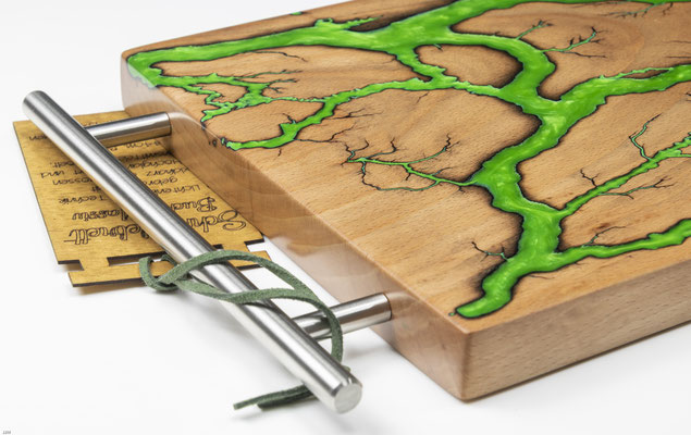 Buchenbrett in Lichtenberg Technik und Epoxidharz in apfelgrün mit modernem Edelstahlgriff Detail