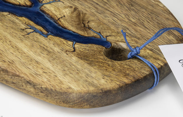 Mangobrett in Lichtenberg Technik und Epoxidharz in blau grün oval Detail