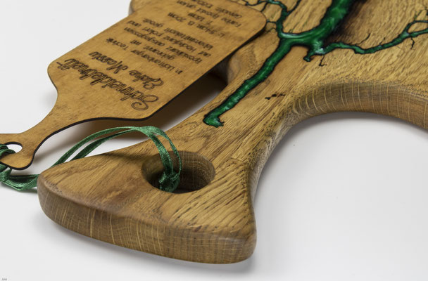 Eichenbrett in Lichtenberg Technik und Epoxidharz in smaragdgrün mit selbstkreiertem Holzgriff Detailansicht