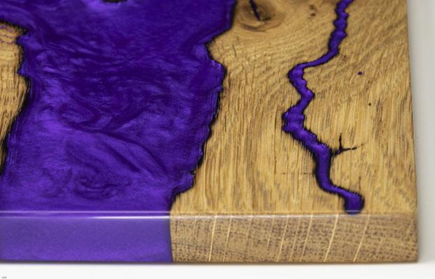 Eichenbrett in Lichtenberg Technik und Epoxidharz in violett mit modernem Edelstahlgriff Detailansicht
