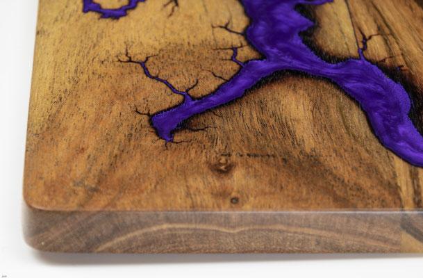 Akazienbrett in Lichtenberg Technik und Epoxidharz in violett Detail