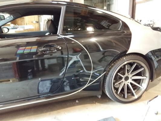 Mit Filetband wird die Form direkt auf dem Auto gezogen, danach kann die Folie darauf geschnitten werden.