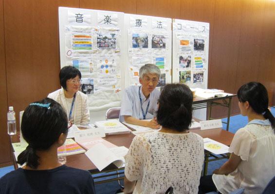 音楽療法コースの廣川恵理先生と郡司正樹先生