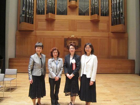 左から、山本真理子先生、片桐章子先生、山本まり子先生、坂本真理先生