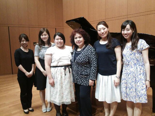 林康子先生を囲んで受講した学生たちとピアノの大野真由子先生。