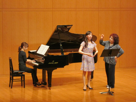 林康子先生「腹筋をきちんと使いましょう!」 ピアノは大野真由子先生。