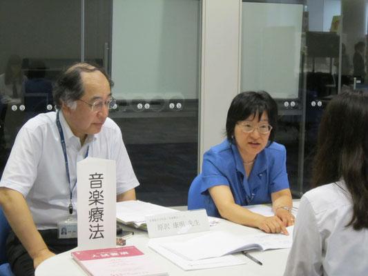 音楽療法コースの先生方。音楽総合学科長の原沢康明先生(左)と廣川恵理先生(右)