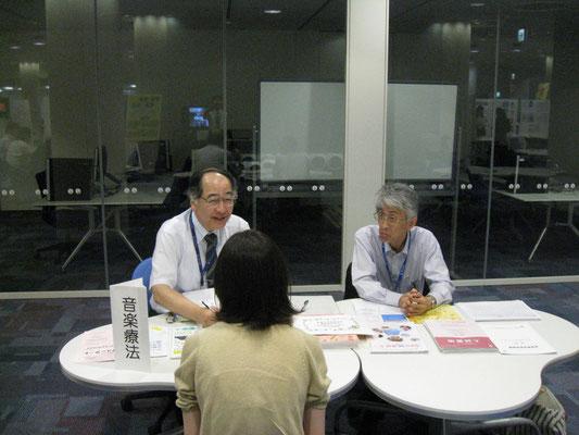 原沢康明先生と郡司正樹先生(音楽療法コース)
