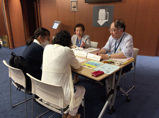 音楽療法コースの村井満恵先生(左)と原沢康明先生(右)