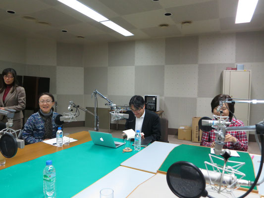 スタジオでの高松先生(右)と亀川先生(中央)。