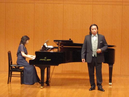 甲斐栄次郎先生と山口佳代先生(ピアノ)
