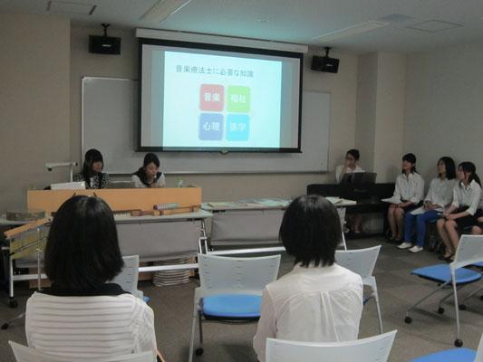 音楽療法コースの学生たちによるプレゼンテーション