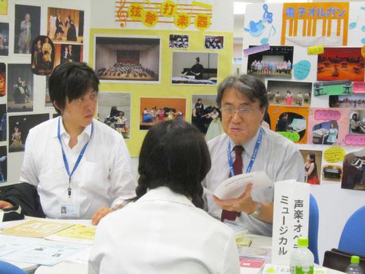 声楽・オペラコース/ミュージカルコースの宮本益光先生(左)と河野正幸先生(右)