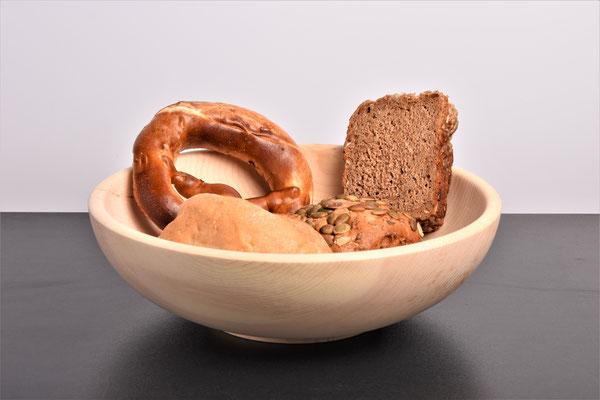 Zirbenschale mit Brot