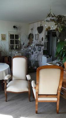 Fauteuil Voltaire : restauration contemporaine complète - Editeur : Clarke and Clarke - Collection : NANTUCKET - Finition Clous Décoratifs crépi blanc