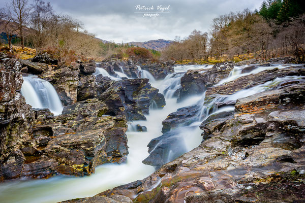 """Eas Urchaidh Waterfall"" mit dem River Orchy"