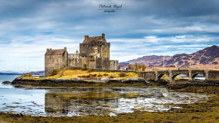 """""""Eilean Donan Castle"""" am Loch Duich und Loch Long (bekannt aus Filmen wie """"Braveheart"""", """"Highlander"""", oder """"Skyfall"""" aus der Reihe von James Bond"""