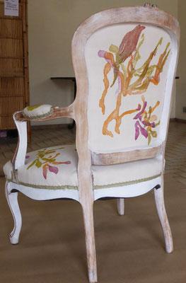 Fauteuil réalisé avec impression de gravure sur bois sur tissu et mise en forme par Fabienne Morane