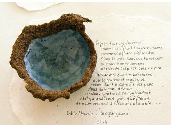 Coupe du Chili constituée de sable et de papier avec un extrait de poème de Pablo Neruda
