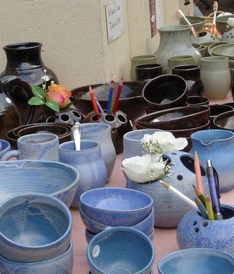 la vaisselle de la table se décline en différentes couleurs chez Terre Ardeline