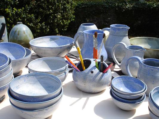 des bols, saladiers, assiètes, tasses bleues