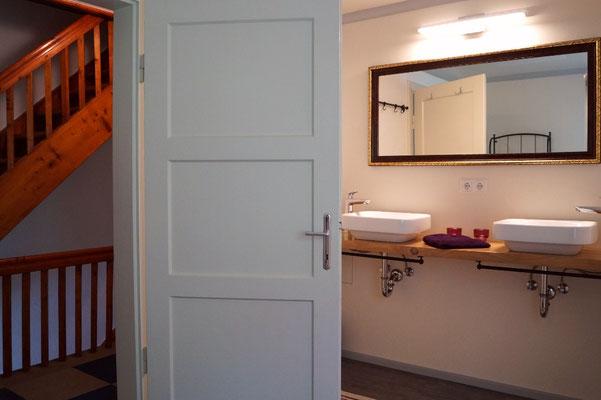 Das moderne Badezimmer mit Doppelwaschtisch