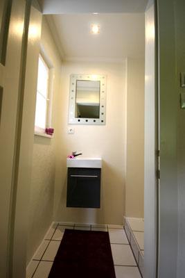 Das Stockbettzimmer hat ein eigenes Badezimmer mit Dusche