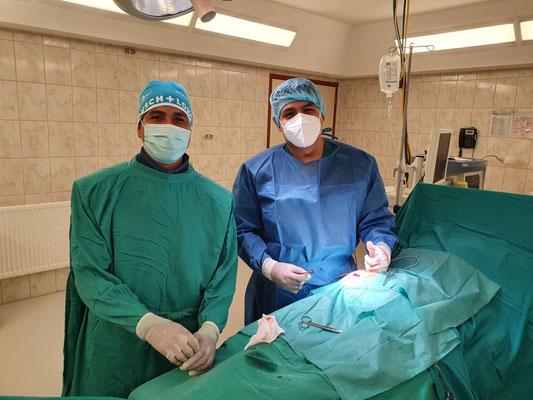 Freude über den guten Verlauf der OP: Links OP-Pfleger Julio, rechts Assistenzarzt Dr. Victor
