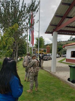 Soldaten bewachen das Gelände
