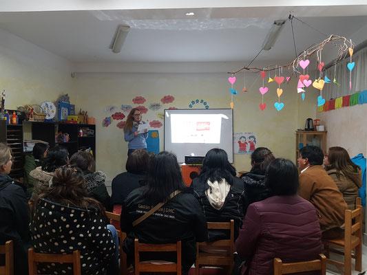 Hanna hält einen Vortrag zur Zahn- und Mundhygiene für die Eltern in Marta's Kindergarten