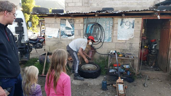 Gleich wird der Reifen von der Felge gezogen