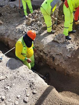 Unsere mit dem Bagger zerstörte Wasserleitung muss repariert werden